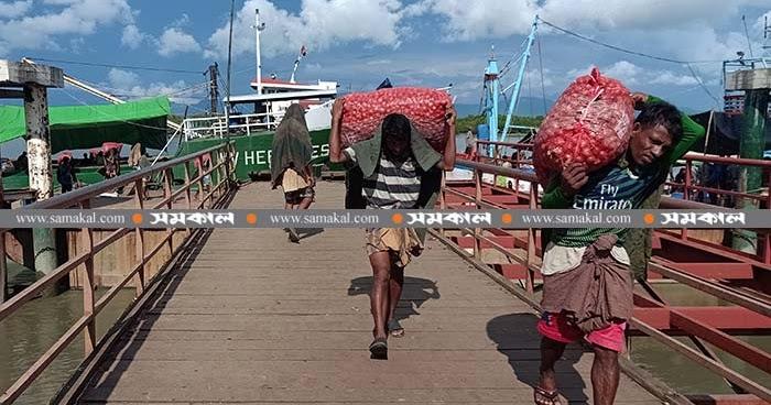 টেকনাফ স্থলবন্দরে একদিনে ১১০৩ মেট্রিক টন পেঁয়াজ খালাস - Viral News